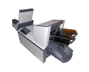Les bacs d'alimentation de la mise sous pli automatique de la machine AUTO PLIS V4